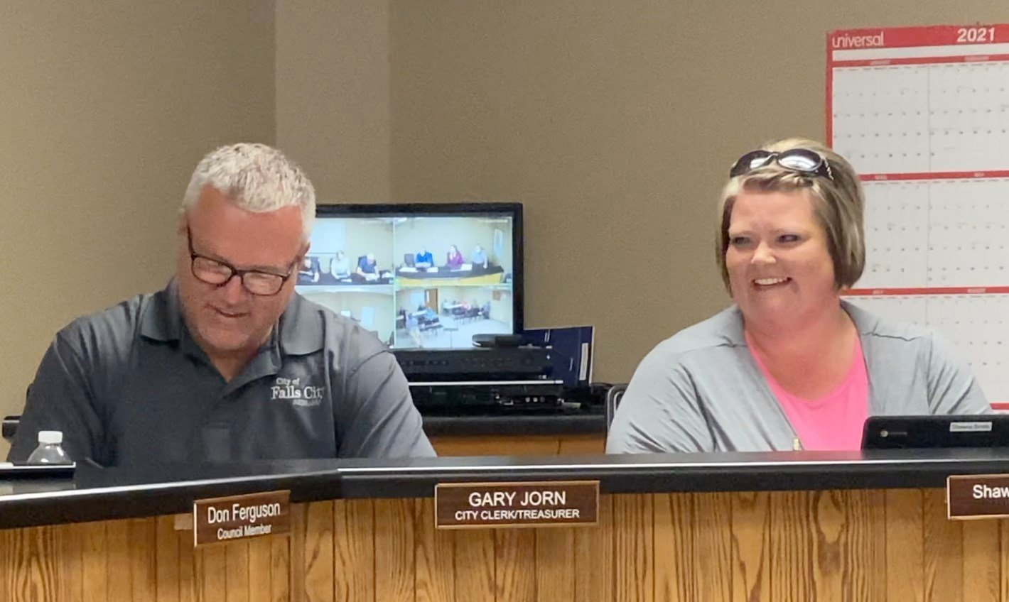 Mayor Bindle donates pool passes for checkout at Falls City library
